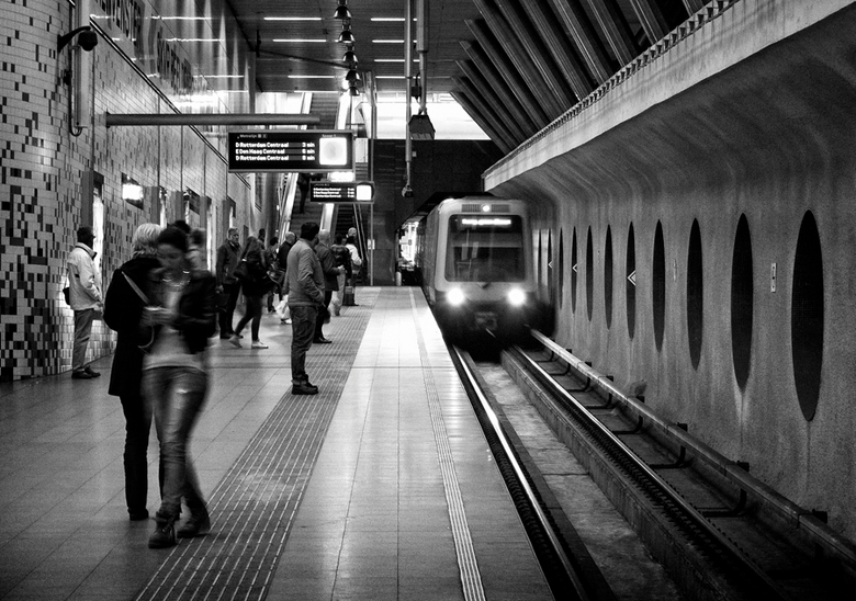 Reizigers - Metrostation in Rotterdam.