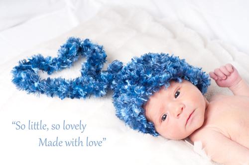 Lovely Newborn - newborn baby boy met mutsje in hart vorm..