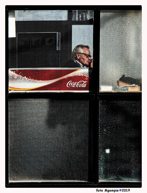 """Cool thoughts - Stukje straatfotografie. <br /> <br /> Bedankt voor de reacties op <a href=""""https://zoom.nl/foto/overig/foggy-bridge.3069834.html?ob"""