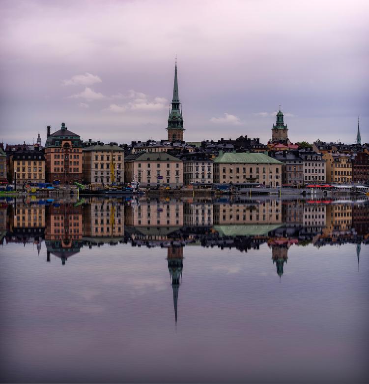 Stockholm_reflectie - Stadsgezicht van Stockholm, waar de reflectie in het water naderhand met Photoshop is toegevoegd