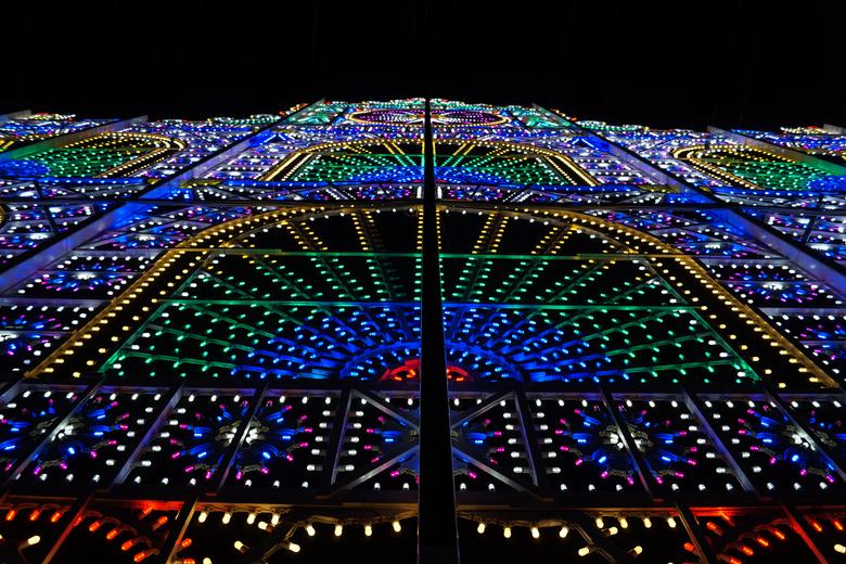 Kleurige lichtjes - Een stellage van allemaal gekleurde lampjes. Gemaakt op het GLOW festival in Eindhoven 2015