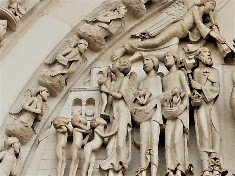 Op weg naar de hemel (fragment uit timpaan van La Madeleine te Vézelay) - Heel sterk vergroot, met excuses voor de beeldkwaliteit, de gelukkigen die i