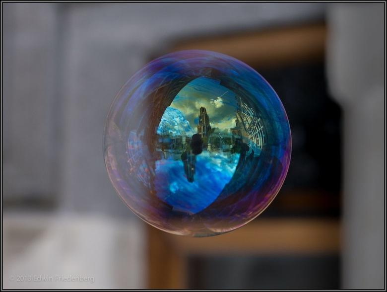 World in Bubbles: Dom van Utrecht (2) - World in Bubbles is een serie foto's van zwevende zeepbellen waarin de reflectie te zien is van wat achte