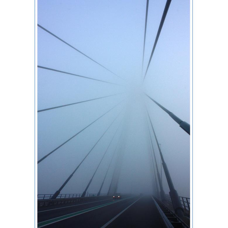 Onderweg 23 - Sorry beste zoomers. We rijden even een stukje weer terug over de N50 naar de Eilandbrug. Van de week lag deze zo mooi in de mist dat ik