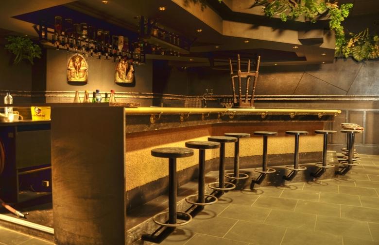 De laatste ronde... - Foto genomen in een verlaten discotheek die al jaren leeg staat. Urbex dus.