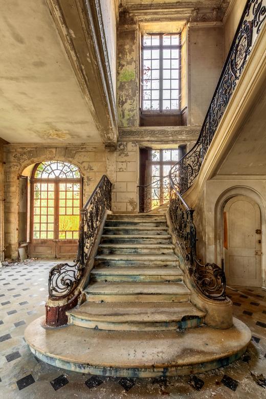 De Trap - Prachtig vervallen trap in een verlaten Frans Chateau