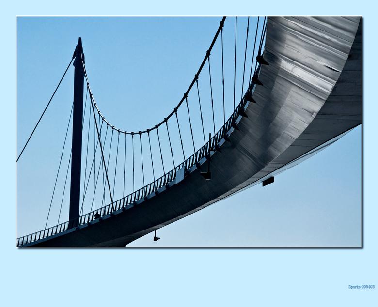 nescio 8 - in de bocht van onderen met veel spiegeling van het water op de brug<br /> gr. hans