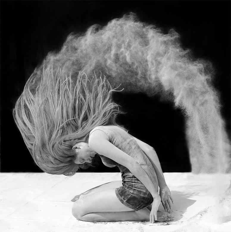Poeder-shoot - Deze foto heb ik in 2017 van Isa gemaakt. Met tarwebloem in haar haar, en dan zwiepen maar. Niet geflitst, maar zonlicht gebruikt en ee