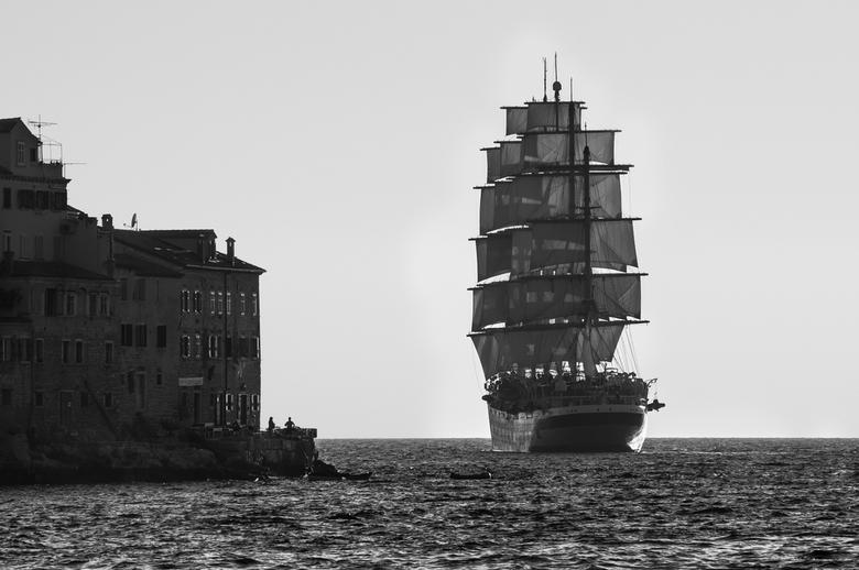 Zeilschip - Zeilschip vaart de haven van Rovinj uit.