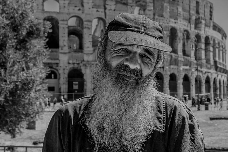 Dakloze in Rome - In ruil voor een euro een pose voor het collosseum.