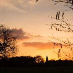 kerk in het avond zonnetje