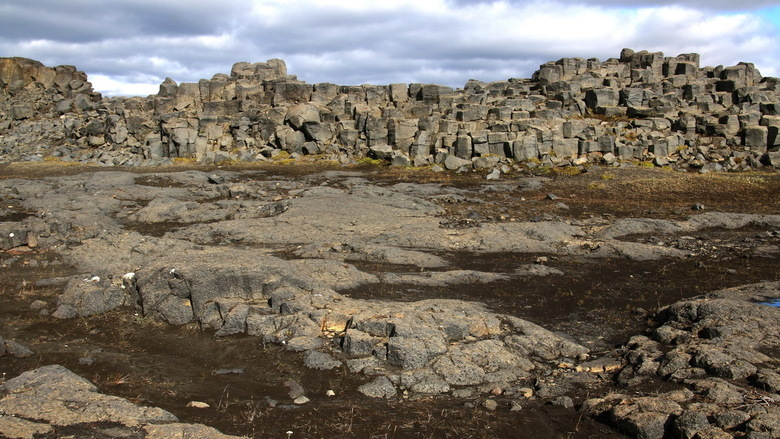 IJsland 21 - Voordat je bij de Dettifoss waterval komt moet je eerst door een soort maanlandschap dat is gevormd door basaltblokken.<br /> Al mijn IJ
