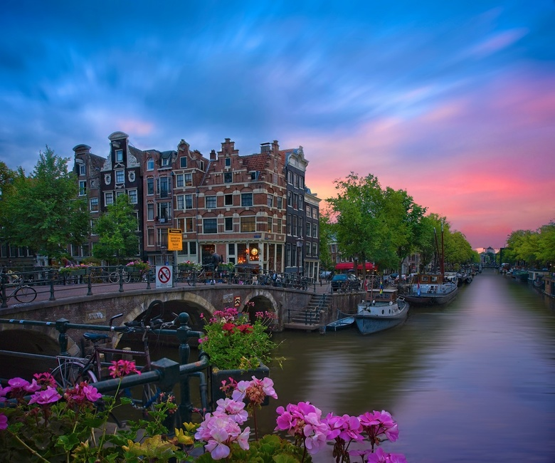 Papeneiland Pub - Ice and Fire - Amsterdam after work with my old A7II and Zeiss 24-70mm F4. I did few photos at the cross between Brouwersgracht and