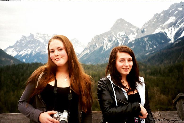 girls and mountains - Foto genomen met een oude analoge  camera in Oostenrijk