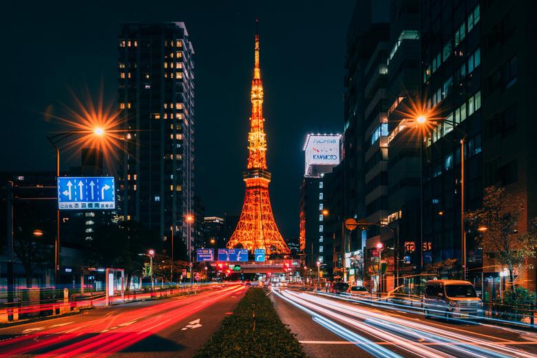 Tokyo Tower - Een uitzicht op de Tokyo Tower. Het ontwerp van de toren werd gebaseerd op de Eiffeltoren in Parijs, Frankrijk. Met zijn 333 meter droeg