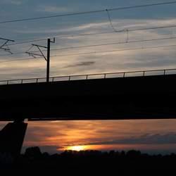 Treinbrug met zonsondergang