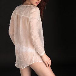 Ivana in witte blouse
