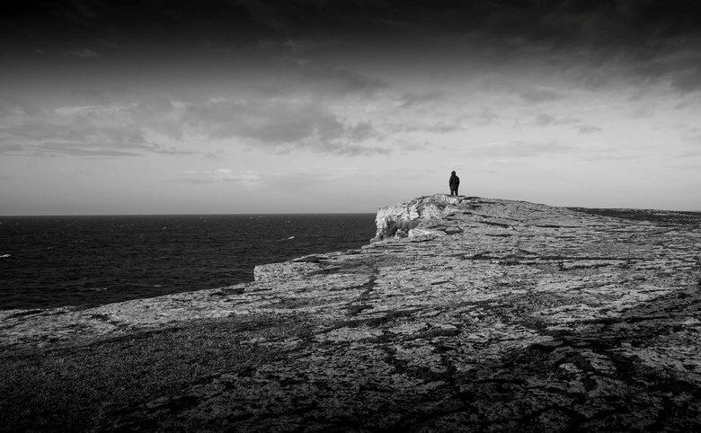 eenzaam aan de top - Op deze rotsige uithoek in het Zuidelijkste puntje van Gotland (Zweden) stond nog net één andere reiziger in de ijzige winterkoud