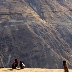 Kinderen tussen de bergen
