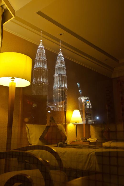 slapende stad - Prachtig uitzicht vanuit de hotelkamer op de Petronas twintowers in Kuala Lumpur