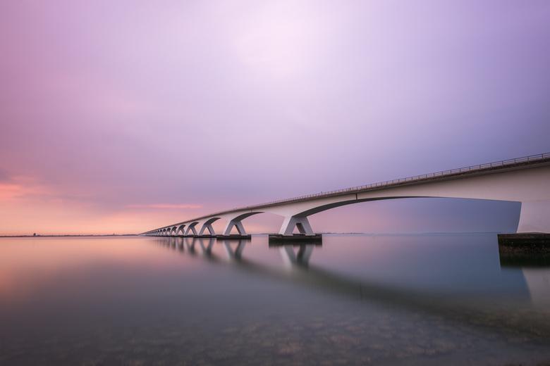 De brug - Hij lijkt wel eindeloos, De Zeelandbrug is de langste brug van Nederland en totaal meer dan 5 km lang, bij dageraad  zittend aan een kant op