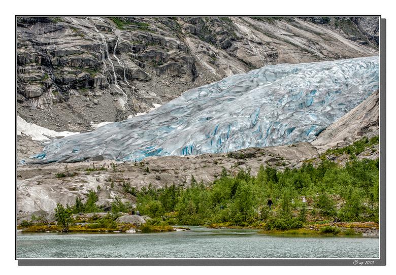 Onwaarschijnlijk... - ... zowel de grootte en dikte van de gletschertong - kijk eens naar de mensen op de gletscher en vlak ervoor - en de kleur ervan