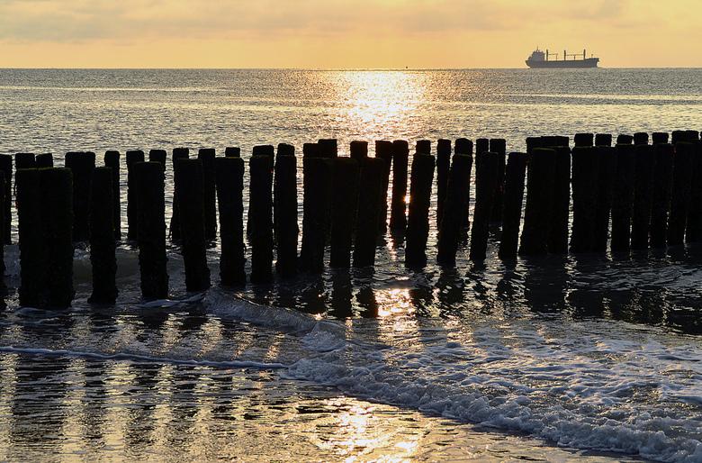 Zon onder in Zee(land) - Zonsondergang aan de typische Zeeuwse paaltjeskust t.h.v. Groede (Zeeuws Vlaanderen)