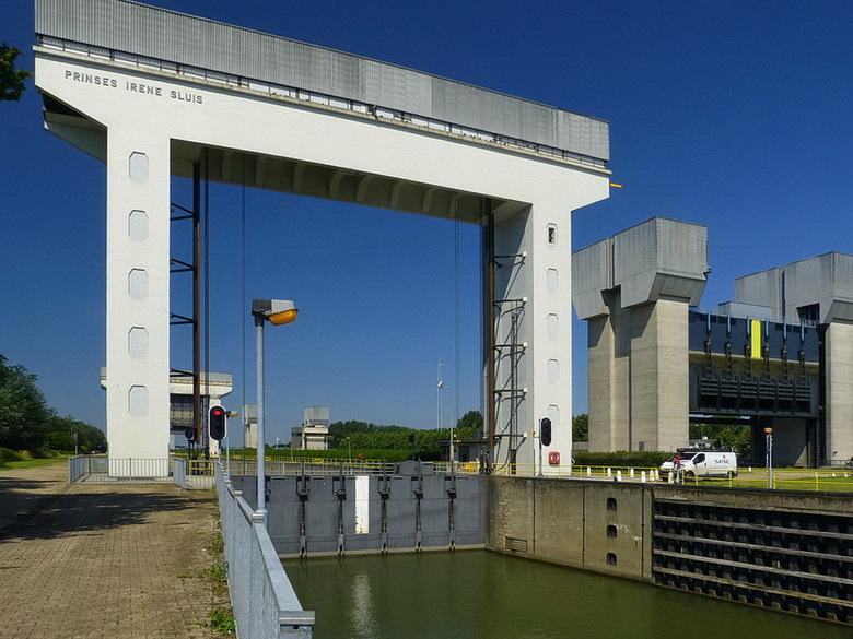 Amsterdam Rijnkanaal en omgeving 422. - De Prinses Irenesluisluizen bij Wijk bij Duurstede zijn  belangrijke sluizen voor beroepsvaart tussen het have