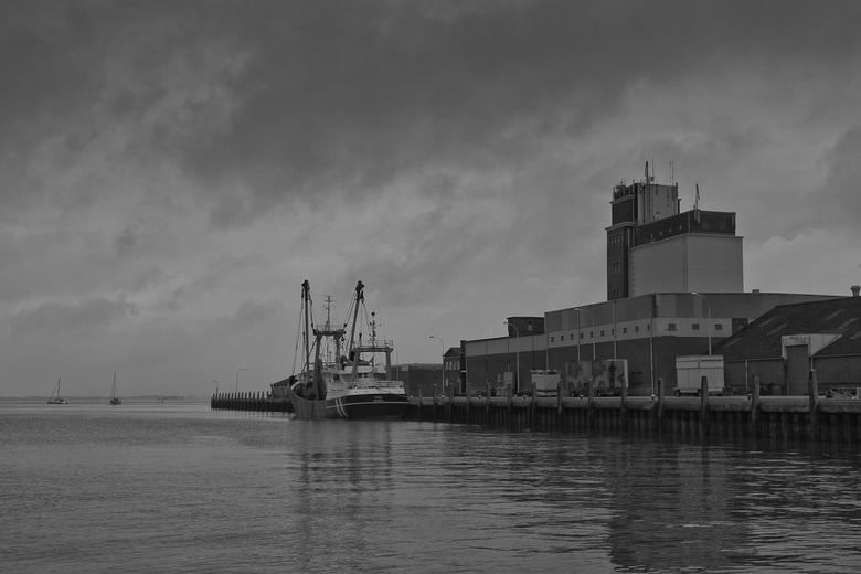 Breskens havenzicht - De haven van Breskens in Z/W . Omgezet in Nik Silver efex pro 2.