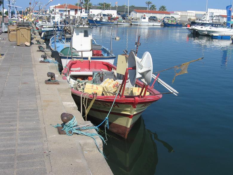 Vissers Boten - Havenplaats met gekleurde vissers boten.