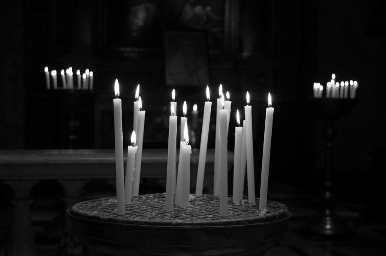 kaarsen in een kerk in Rome - Brandende kaarsen in een kerk in Rome