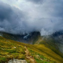 vind de weg door de wolken van Oostenrijk naar Italie