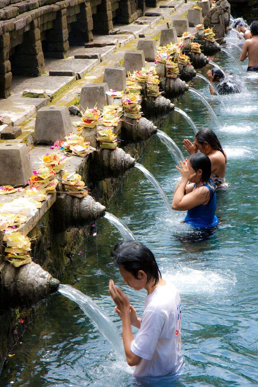 Op zoek naar reiniging - Tirtha Empul, Bali. Tempel met heilig water. Tijdens dit ritueel gaat men op zoek naar reiniging.