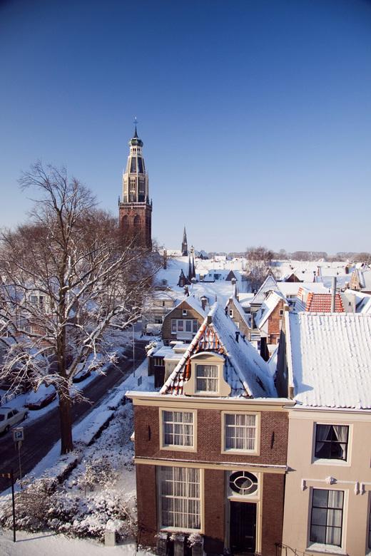 Zuidertoren Enkhuizen - Winters gezicht op de Zuidertoren en het dak van het stadscentrum