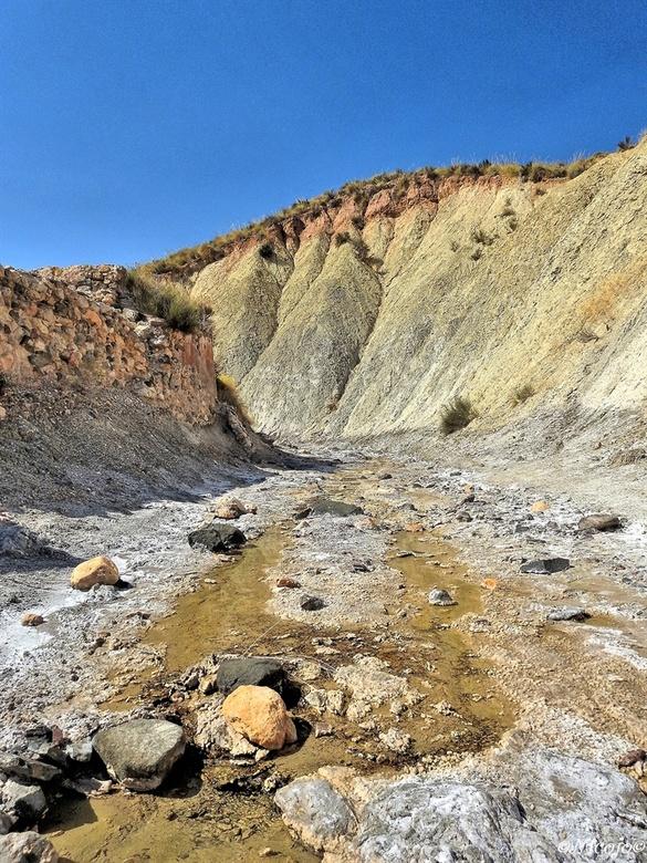 Steenzout. - Vroeger spoelde hier steenzout door het riviertje uit de berg naar beneden en werd in bekkens opgevangen,  in de zon verdampte het water