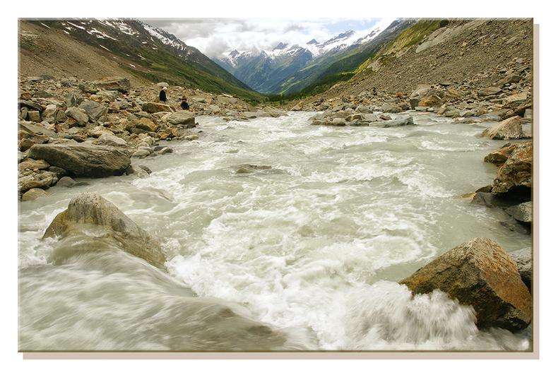 Gletscherstroom - Op deze echt warme, klamme dag kan een beetje afkoeling wel gebruikt worden. Het smeltwater van de gletscher is zo koud dat de om ge