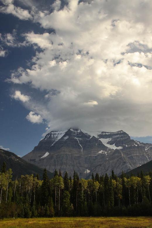 Mount Robson in the clouds - De top van Mount Robson bedekt met wolken