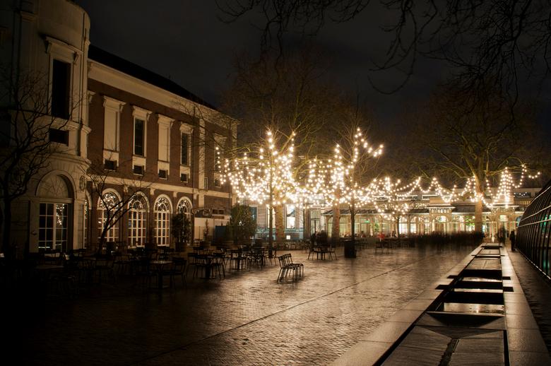 Artisplein - Tijdens de Illuminade-tour kom je ook op het altijd toegankelijke, nieuwe plein op het terrein van Artis. Sfeervol verlicht tijdens deze