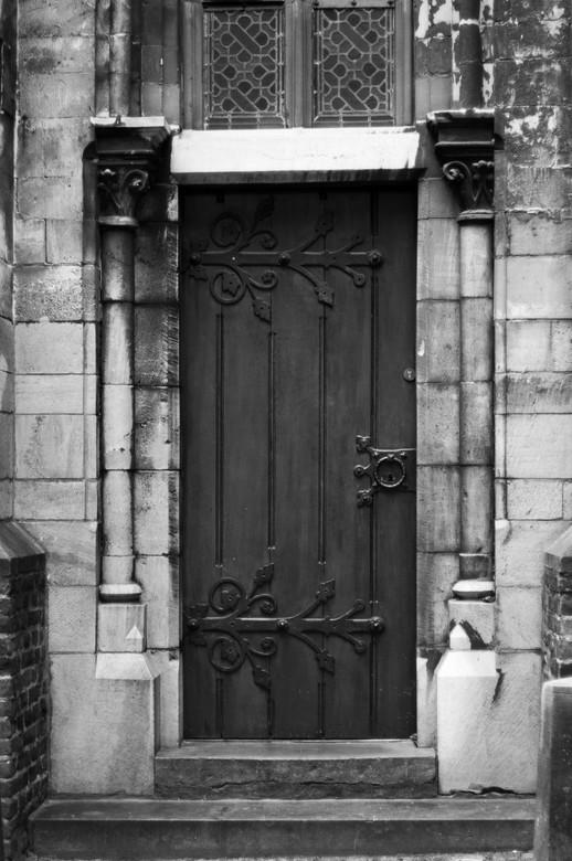 Kerkdeur - Een foto van een oude deur van een nog oudere kerk in het centrum.