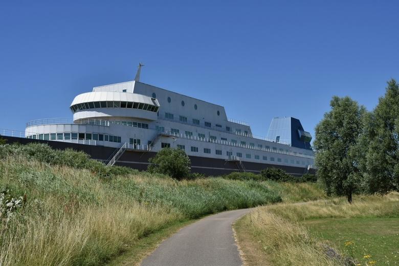 Droogdok - Kantoor aan de rivier de Noord dat is gebouwd in de vorm van een schip blijft iedere keer boeien als ik langs fiets