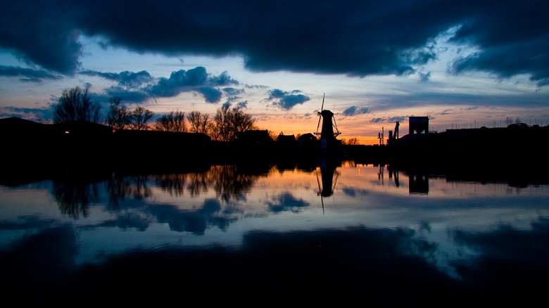 spiegelbeeld ! - De molen van Nieuwerkerk a/d ijssel gefotografeerd vanaf de Lage Weg . Alles spiegelde mooi in het water van de Hollandse IJssel. Het