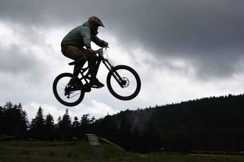jump - Toch nog een laatste sprong voordat het onweer losbarst.