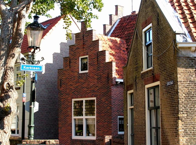 Kerklaan in Naaldwijk  - De Kerklaan in Naaldwijk is het historische deel van Naaldwijk. Rondom de kerk liggen allerlei oude pandjes. De schaduwwerkin