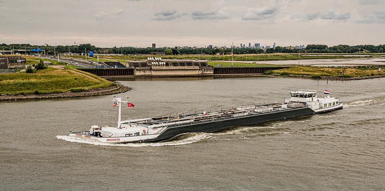 Magisch Nederland: ruim 100 trucks... - De Randstad in één foto: De stoere tanker Edelweiss van twee mannen uit Nieuw-Lekkerland, boven de tunnel onde