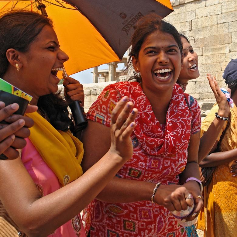 Vrolijk 2 - Onderweg in India ontmoet je heel wat mensen waar het wel even mee klikt. Met soms vrolijke hilarische momenten. Om daarvan indrukken mee