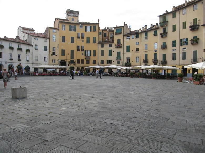 plein in Lucca - hier een deel van een compleet rond plein in het italiaanse Lucca, zo mooi, niet op de foto te krijgen....toch een stukje...<br /> <