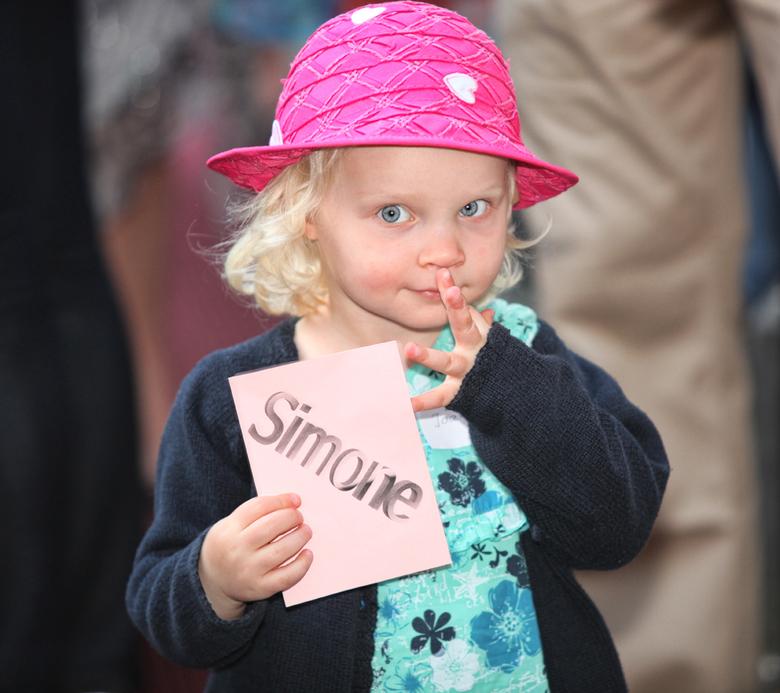 straatopname van een kleine meid - straatopname