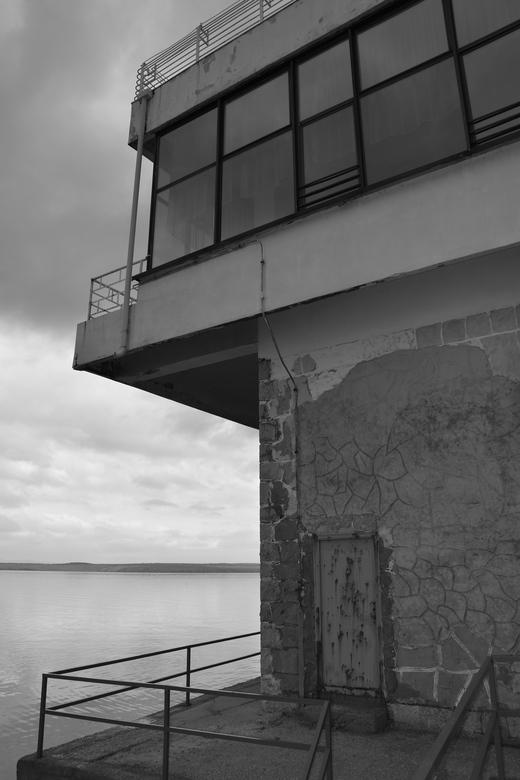 Verlaten - Een verlaten gebouw aan de kust in Kroatië.