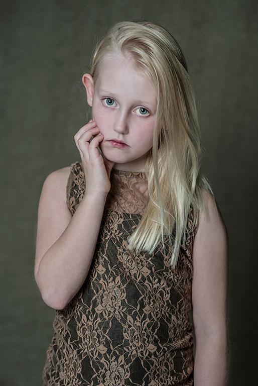 Lola - Sommigen noemen de blik droevig...ik noem het ingetogen...kinderportretten zoals ik ze graag maak. Allemaal bedankt voor de reacties van mijn l
