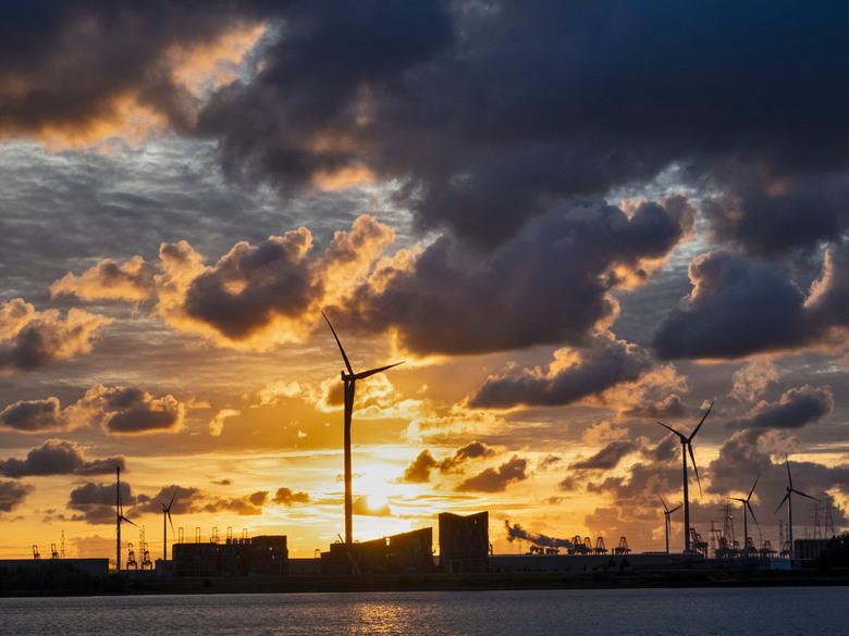 Zonsondergang over de Schelde - Zonsondergang over de Schelde gezien vanaf de Scheldelaan ter hoogte van de Total raffinaderij in Antwerpen